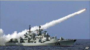 Kapal perang menembakkan rudal